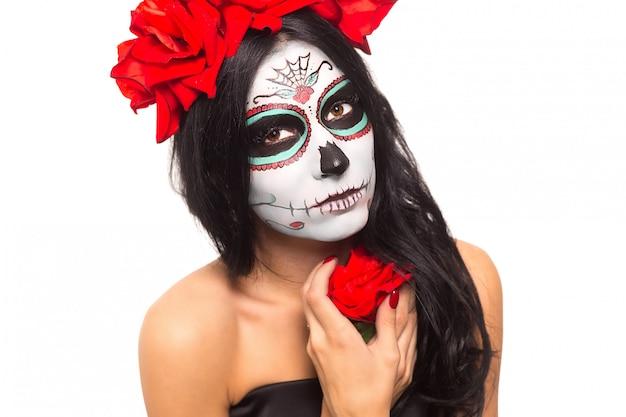 Dzień śmierci. halloween młoda kobieta w dzień sztuki martwej maski czaszki sztuki twarzy i wzrosła. pojedynczo na białym. zbliżenie.