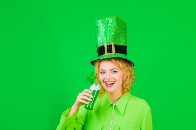 Dzień świętego patryka kobieta z piwem kobieta świętego patryka festiwal wiosny piękna dziewczyna w kolorze zielonym