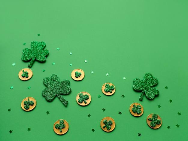 Dzień świętego patryka. symbolem święta jest zielony liść koniczyny i złote monety. świąteczne bibeloty. irlandzkie tradycje.