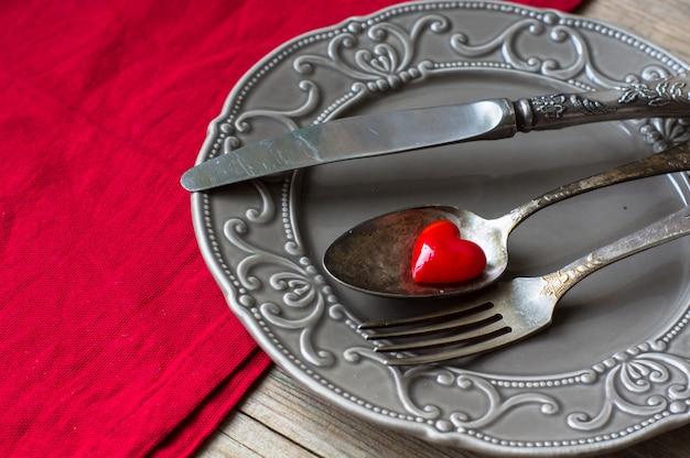 Dzień świętego walentego z nakrycie stołu i serca
