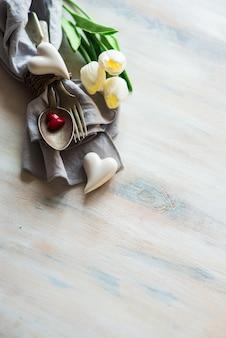 Dzień świętego walentego z nakrycie stołu, kwiaty i serca