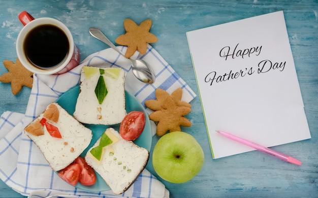 Dzień szczęśliwych ojców śniadania dla tatypyszne kanapki w postaci męskiej koszuli z krawatami na talerzu