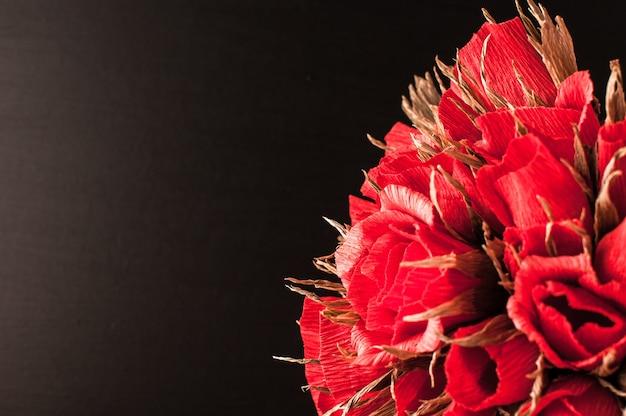 Dzień wiedzy. bukiet róż na tle czarnej rady szkolnej.