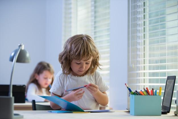 Dzień wiedzy. dni nauki. powrót do szkoły. dzieci w szkole podstawowej w klasie.