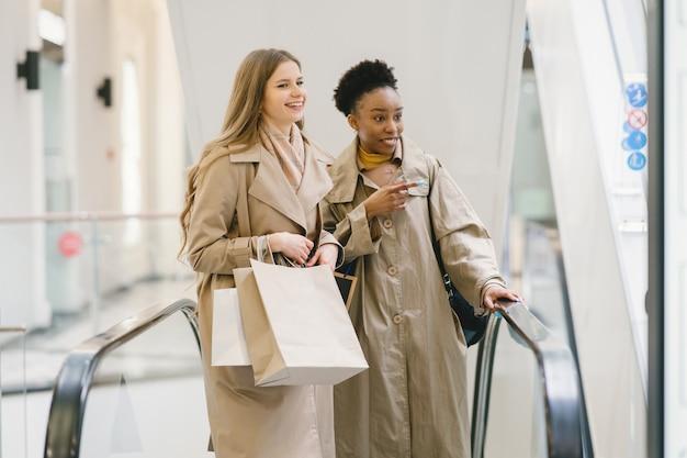 Dzień zakupów. międzynarodowe dziewczyny. kobiety w centrum handlowym.