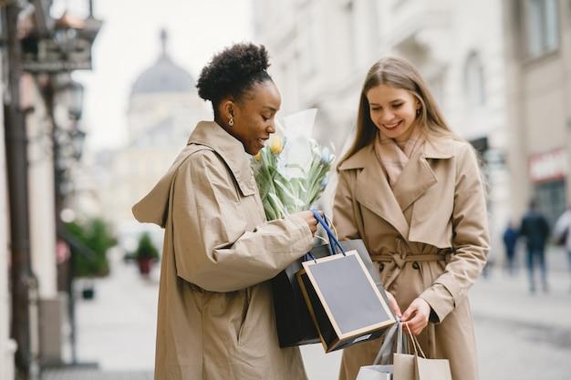 Dzień zakupów. międzynarodowe dziewczyny. kobiety w mieście.