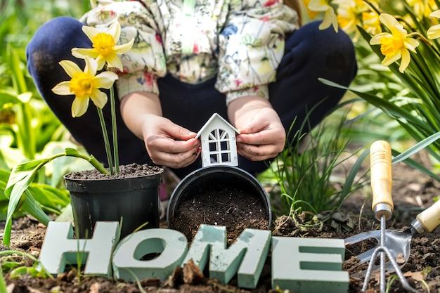 Dzień ziemi. dziecko na tle ogrodu
