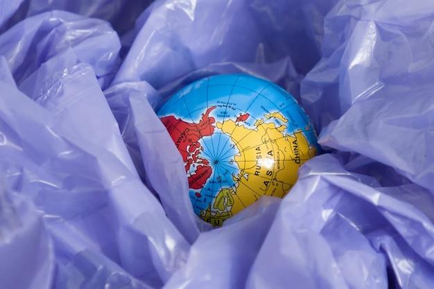 Dzień ziemi, kula ziemska w worku na śmieci