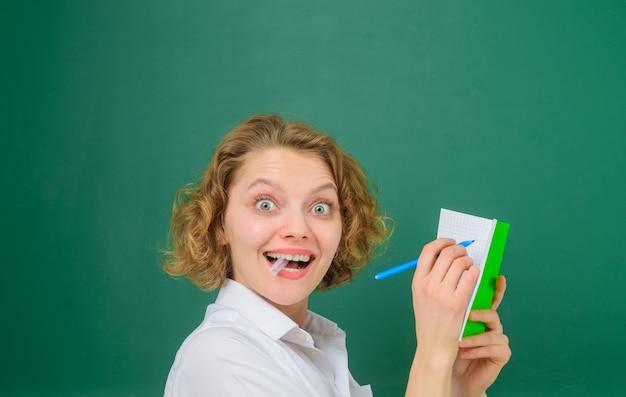 Dziennik klasowy powrót do nauczyciela szkolnego z dziennikiem klasowym zabawny nauczyciel przedmioty szkolne edukacja piórem
