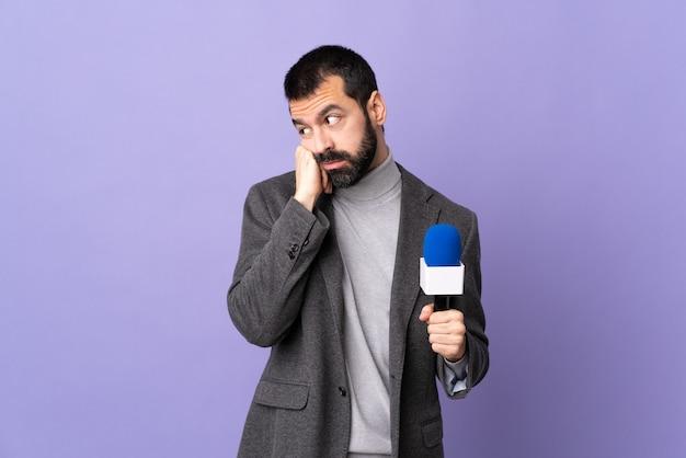 Dziennikarz lub reporter z mikrofonem