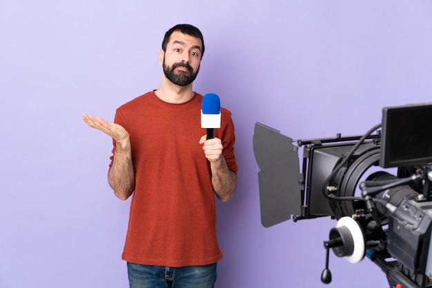 Dziennikarz mężczyzna na na białym tle fioletowym tle