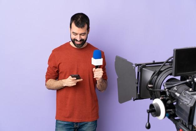 Dziennikarz telewizyjny lub reporter z mikrofonem i kamerą wideo