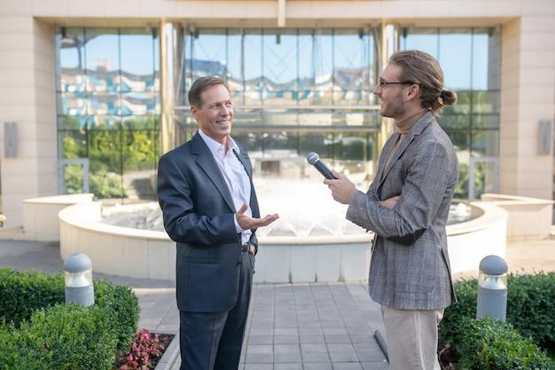 Dziennikarz udzielający wywiadu
