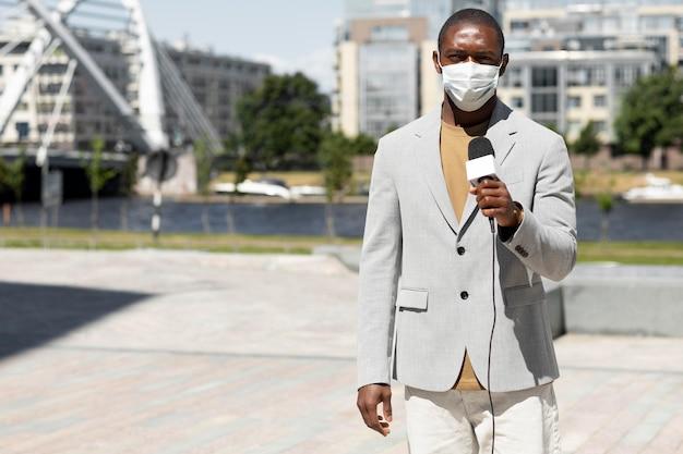 Dziennikarz w masce medycznej