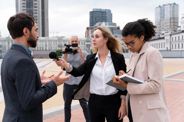 Dziennikarze przeprowadzający wywiady w plenerze