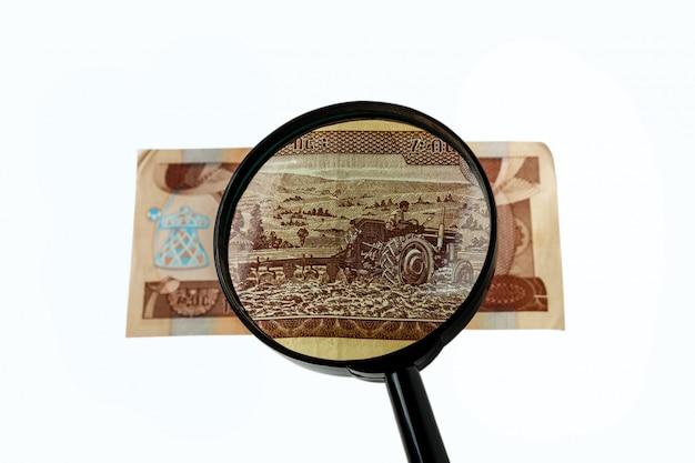 Dziesięć etiopskich banknotów i szkło powiększające