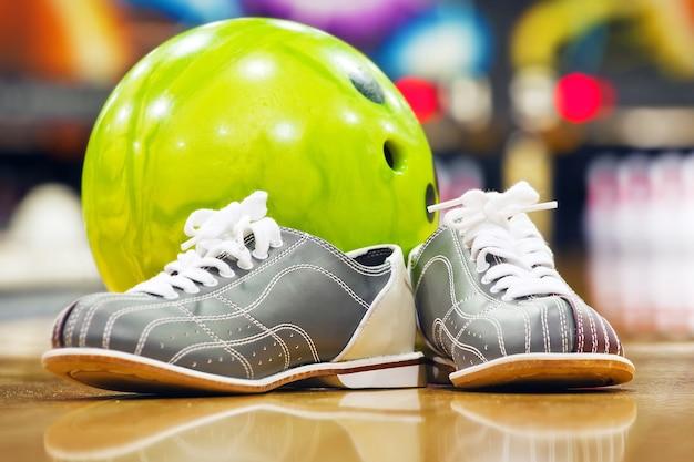 Dziesięciopinowe buty do kręgli i piłka