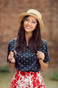 Dziewczyna azjatyckich studentów z powrotem na uniwersytecie szkolnym