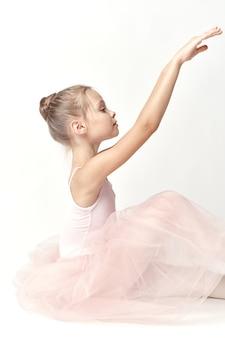 Dziewczyna baleriny w różowym stroju do tańca baletowego pointe buty tutu lekki model.