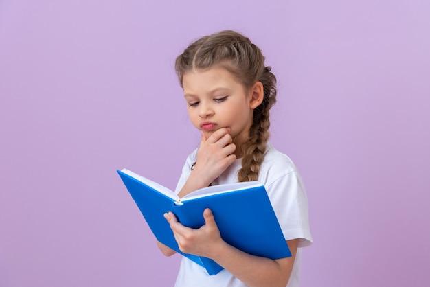 Dziewczyna bardzo lubi czytać ciekawą książkę.