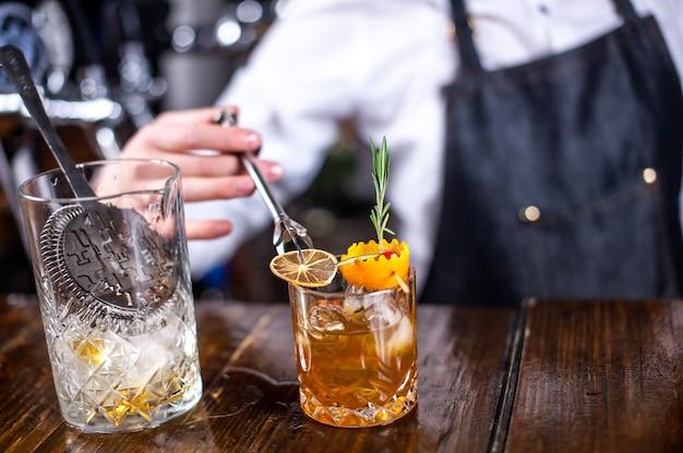Dziewczyna barman robi koktajl w garnku