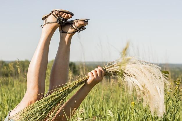 Dziewczyna bawi sie w polach upraw