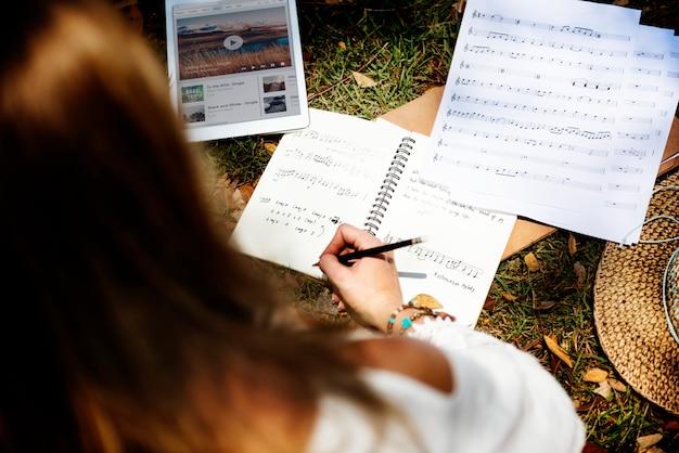 Dziewczyna bawić się gitary writing piosenki pojęcie