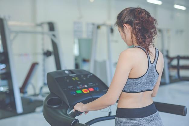 Dziewczyna bawić się sprawność fizyczną w gym