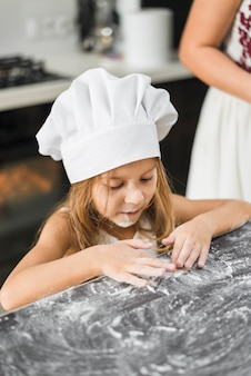 Dziewczyna bawić się z mąką w kuchni