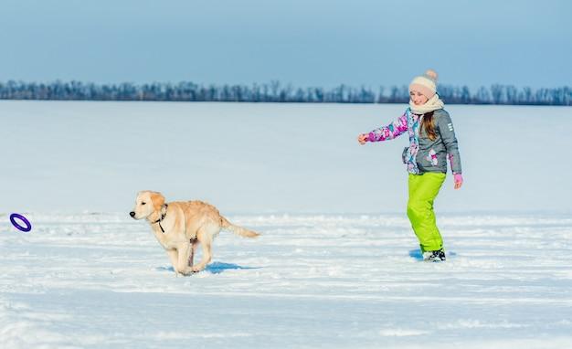 Dziewczyna bieg z psem w śniegu