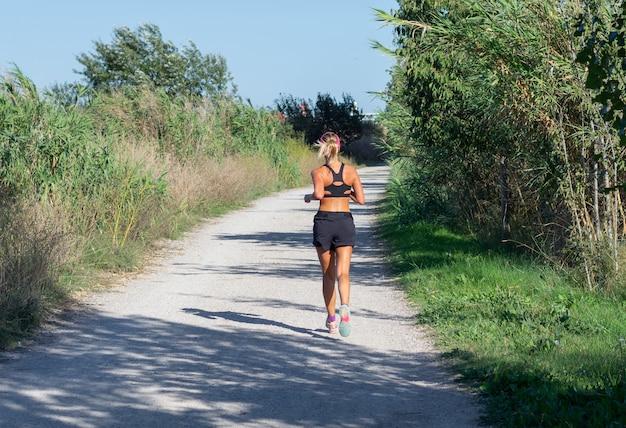 Dziewczyna biega przez środowisko naturalne