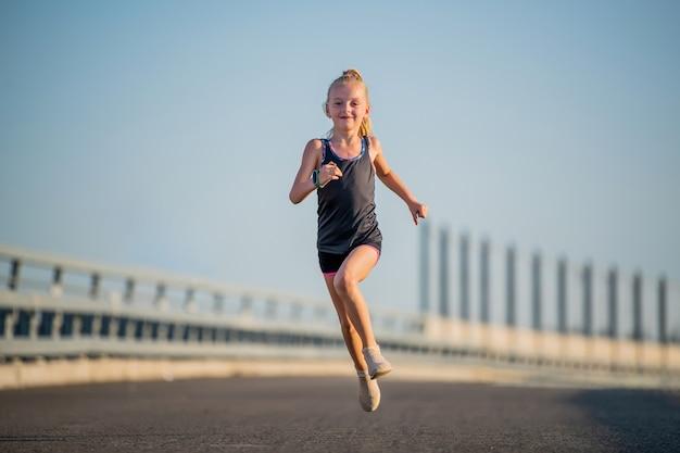 Dziewczyna biegnie w słoneczny letni wieczór