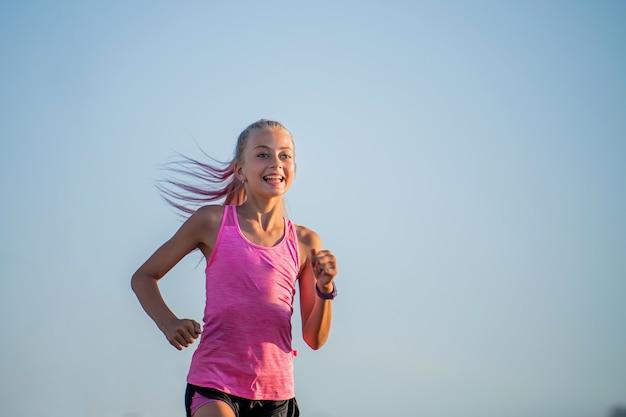 Dziewczyna biegnie w słoneczny wieczór