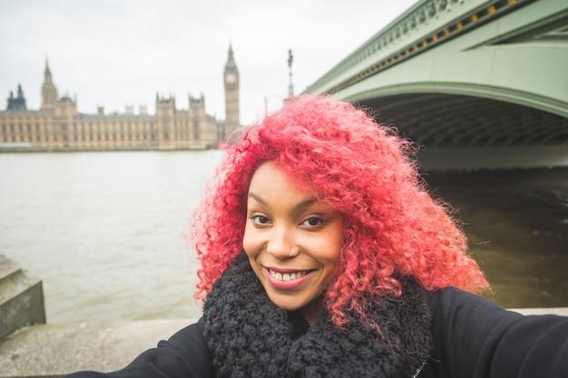 Dziewczyna bierze selfie w londynie z big benem