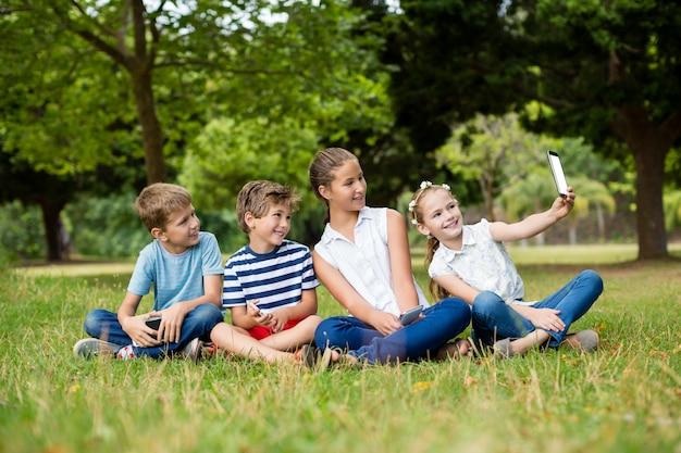 Dziewczyna bierze selfie z telefonu komórkowego z jej przyjaciółmi
