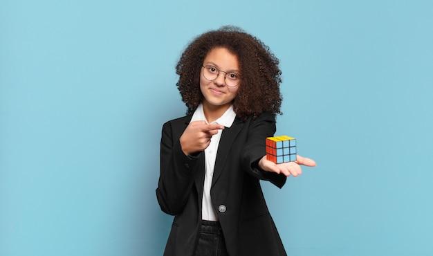 Dziewczyna biznesu całkiem afro nastolatka rozwiązywania problemu wywiadowczego