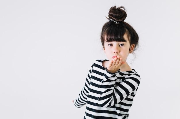 Dziewczyna całuje powietrze