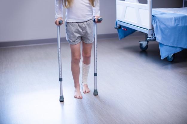Dziewczyna, chodzenie o kulach w oddziale