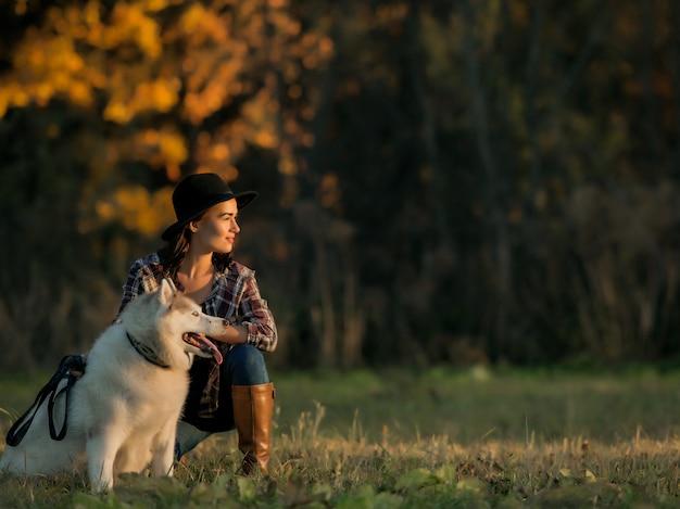 Dziewczyna chodzi z husky