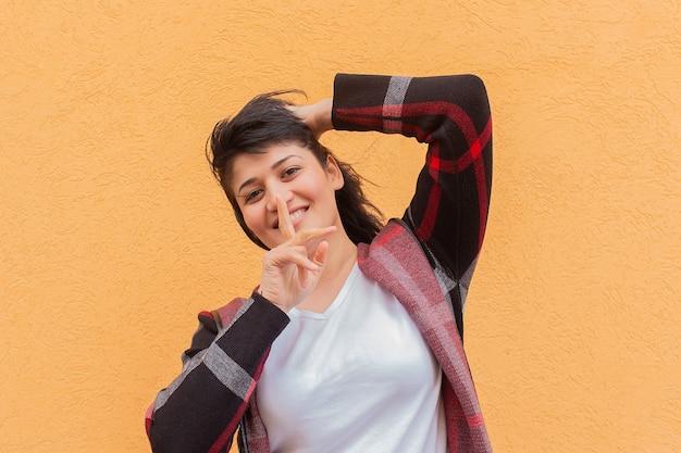 Dziewczyna cicho pokazuje palec