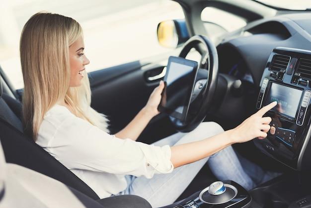 Dziewczyna cieszy się, że prowadzi ten samochód.