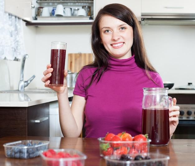 Dziewczyna co świeże napoje z jagodami