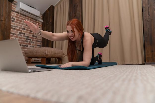 Dziewczyna ćwiczy online w domu