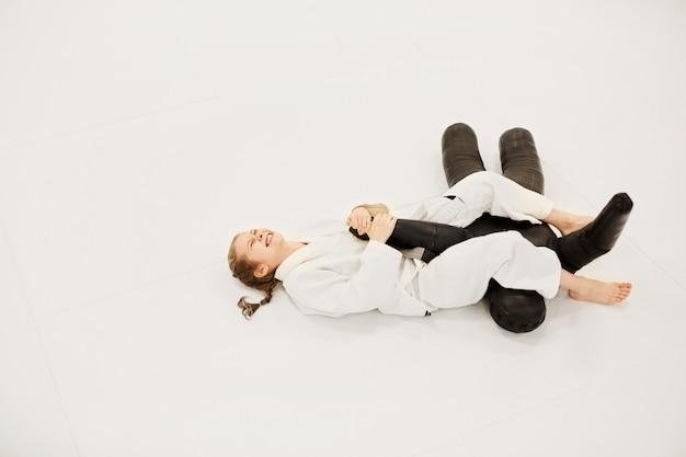 Dziewczyna ćwiczy z manekinem