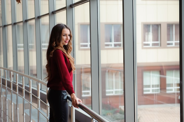 Dziewczyna czeka na przylot samolotu