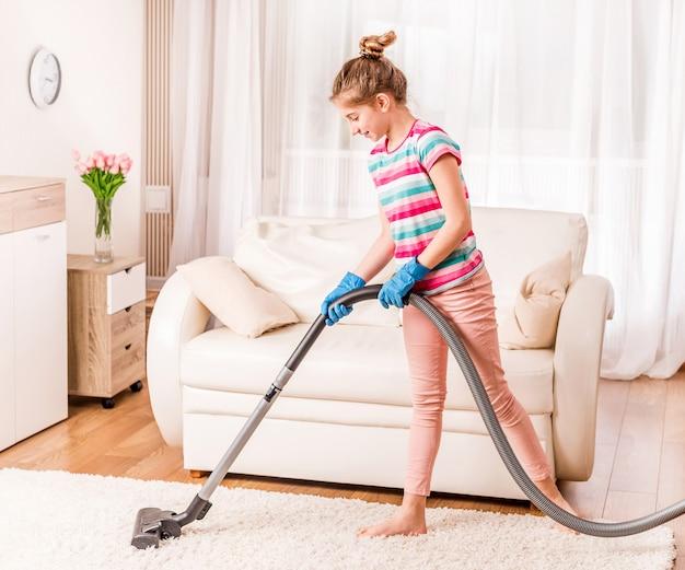 Dziewczyna czyści dywan