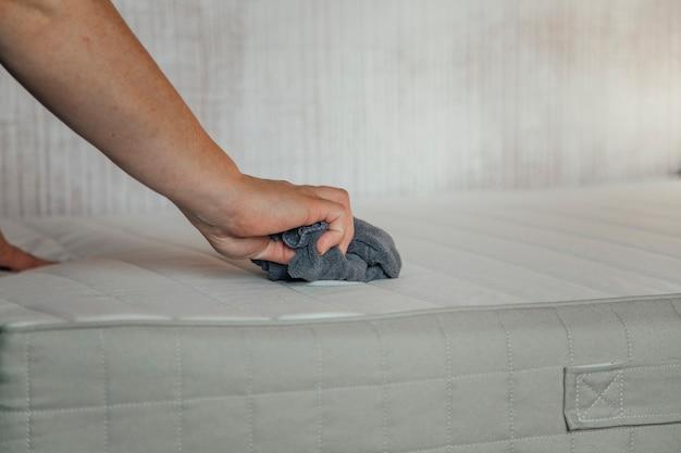 Dziewczyna czyszcząca koncepcję czyszczenia materaca