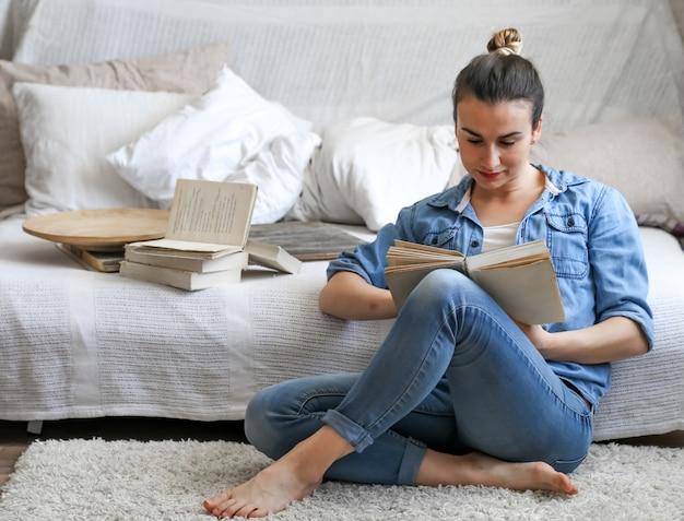 Dziewczyna czyta książkę w przytulnym pokoju