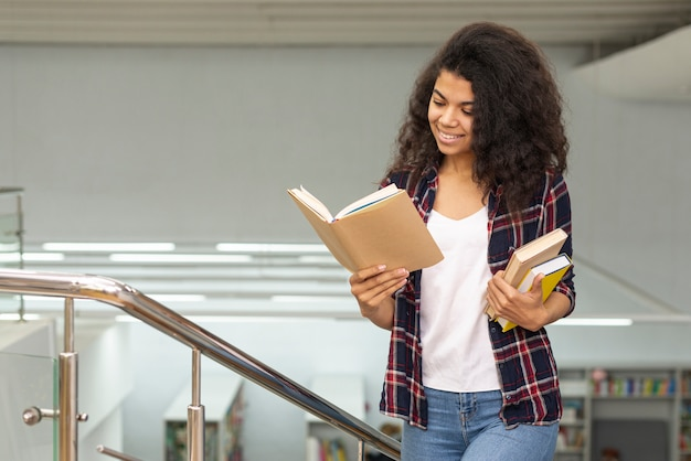 Dziewczyna czytająca podczas spaceru