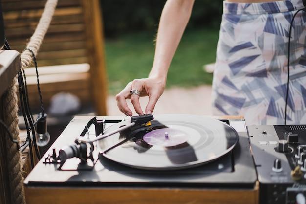 Dziewczyna dj grająca płyty winylowe